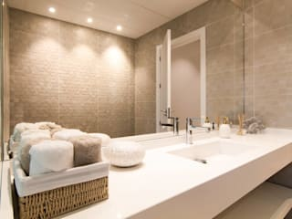 homify Eclectic style bathroom Wood White