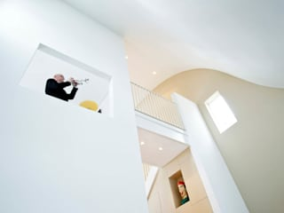 Villa voor Trompettist: hoge woonkeuken: moderne Woonkamer door Arc2 architecten