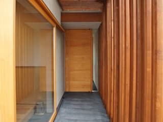 一級建築士事務所A-SA工房 Modern Corridor, Hallway and Staircase Wood Wood effect