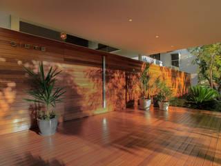 Modern corridor, hallway & stairs by Hernandez Silva Arquitectos Modern