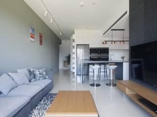 夢想與生活的後盾 现代客厅設計點子、靈感 & 圖片 根據 昕益有限公司 現代風