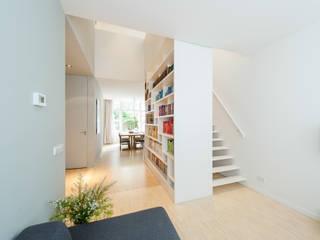 Woonhuis Brederodestraat:  Gang en hal door Bas Vogelpoel Architecten