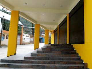 PORTICO: Oficinas y tiendas de estilo  por JERONIMO & SANTIAGO, ARQUITECTOS S.A. de  C.V.
