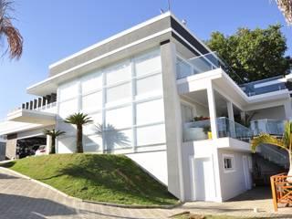 Casa com mais de 1000 metros quadrados de área construida: Casas  por Andréa Generoso - Arquitetura e Construção