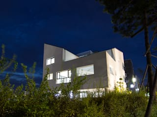 삼지붕집: 하우스플래너의  주택,모던