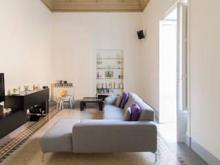 Il living con volta affrescata: Soggiorno in stile  di GD Architetture