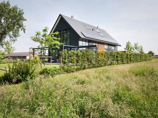 houten woning in het omliggende landschap:  Houten huis door StrandNL architectuur en interieur