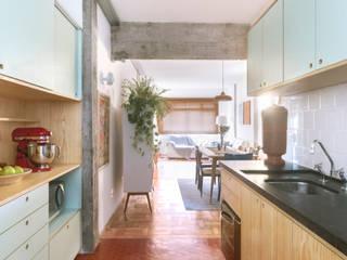 INÁ Arquitetura Cocinas de estilo moderno Rojo