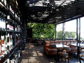 Balcones y terrazas de estilo moderno de Wonder Wall - Jardins Verticais e Plantas Artificiais Moderno