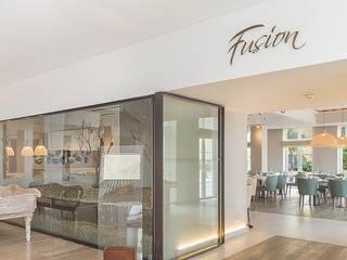 Modern dining room by Wonder Wall - Jardins Verticais e Plantas Artificiais Modern
