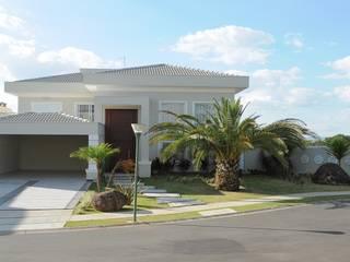 Fachadas Estilo Clássico: Casas  por Andréa Generoso - Arquitetura e Construção