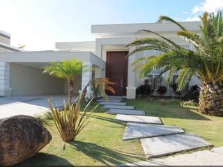Fachadas Estilo Clássico: Jardins  por Andréa Generoso - Arquitetura e Construção