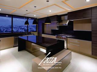Cocina con isla central : Cocinas equipadas de estilo  por Lazza Arquitectos