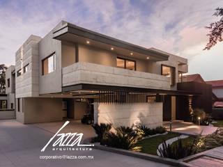 Fachada principal, la bienvenida a tu hogar: Casas ecológicas de estilo  por Lazza Arquitectos