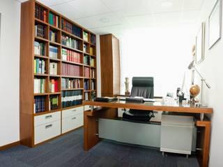 Oficina abogado:  de estilo  por UlloaMéndez
