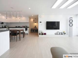 Living room by 이즈홈, Rustic