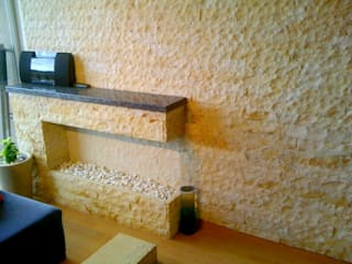Chimenea y pared: Salas de estilo  por Stonedeko
