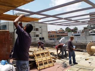 realizacion de terraza con materiales reciclados de arkiteck Tropical