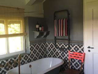 Romantisches Kunden-Bad mit der freistehende Nostalgie-Badewanne Manchester: klassische Badezimmer von Maxxwell AG