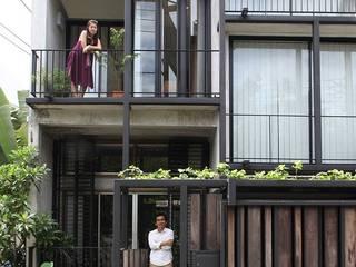 Mẫu thiết kế nhà phố 2 tầng 1 sân thượng 5x20 m2 kết hợp văn phòng mộc mạc và gần gũi:   by Công ty Cổ phần Thiết kế Xây dựng Bộ Ba
