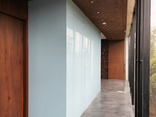 office@threshold Modern corridor, hallway & stairs by Reasoning Instincts Architecture Studio Modern