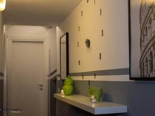 Senza emozioni la vita è solo un orologio che fa TIC TAC ...: Ingresso & Corridoio in stile  di Creattiva Home ReDesigner  - Consulente d'immagine immobiliare