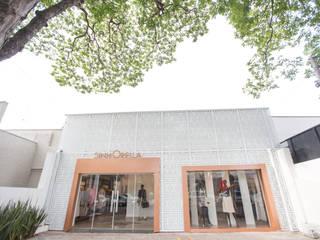 Fachada  Comercial Moderna: Condomínios  por Andréa Generoso - Arquitetura e Construção
