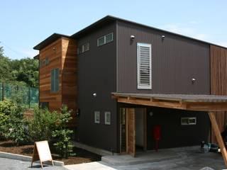 外観 西側玄関: 株式会社高野設計工房が手掛けた家です。