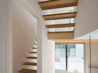 1405DV_Escalera, estudio y terraza planta primera.: Escaleras de estilo  de AlbertBrito Arquitectura
