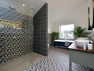 Bathroom Renovation:  Bathroom by Graham D Holland