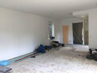 Blick Richtung Küche: klassische Wohnzimmer von Das  Werkhaus Langerwisch