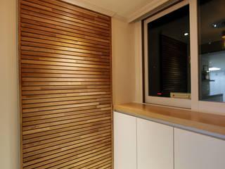 DESIGNCOLORS Modern corridor, hallway & stairs Brown