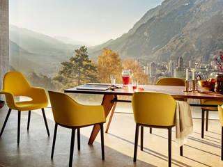 Organic chair conçue par Eames et Saarinen, et éditée chez Vitra:  de style  par Création Contemporaine