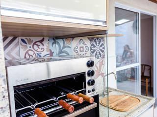 Espaço Gourmet integrado com deck em Cobertura: Armários e bancadas de cozinha  por Arquit&thai