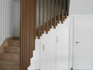 Pasamanos en madera de roble teñida: Escaleras de estilo  de Almacén de Carpintería Gómez