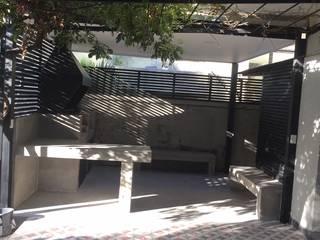 Terraza con estructura de fierros tubulares, materialidad  metálica para sostener parron existente : Terrazas  de estilo  por Arqsol