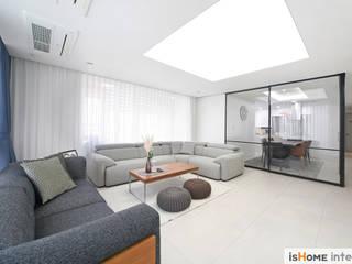 Salas de estilo minimalista de 이즈홈 Minimalista