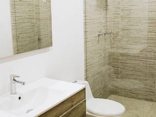 REMODELACION APARTAMENTO ROSALES : Baños de estilo moderno por DECORER