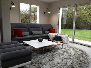 Living room by UN AMOUR DE MAISON, Modern