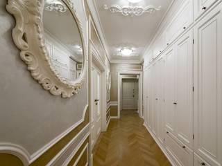 Appartamento a Mosca Ingresso, Corridoio & Scale in stile classico di Turati Boiseries Classico