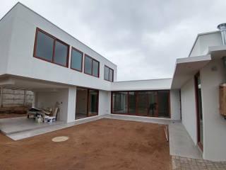 Oleh Lau Arquitectos Modern