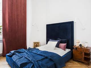 Mieszkanie w kamienicy przy ulicy Poznańskiej Eklektyczna sypialnia od OIKOI Eklektyczny