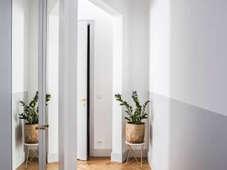 Mieszkanie w kamienicy przy ulicy Poznańskiej Eklektyczny korytarz, przedpokój i schody od OIKOI Eklektyczny