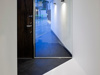 玄関ホールから外を見る: 石川淳建築設計事務所が手掛けた廊下 & 玄関です。