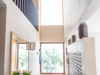 Couloir, entrée, escaliers méditerranéens par Arqbau Ltda. Méditerranéen
