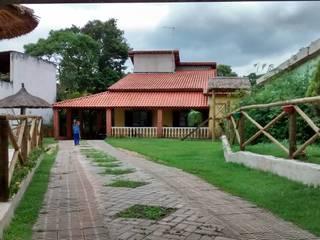 Vista do acesso: Casas do campo e fazendas  por Arquiteto Ivan Rocha