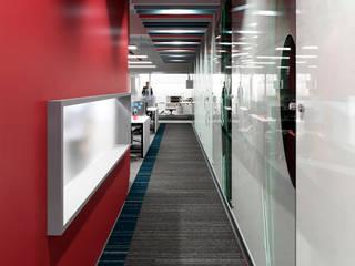 Corredor de acceso: Oficinas de estilo  por SXL ARQUITECTOS