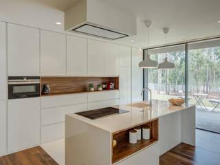 Casa Rio Mau: Cozinhas  por Raulino Silva Arquitecto Unip. Lda