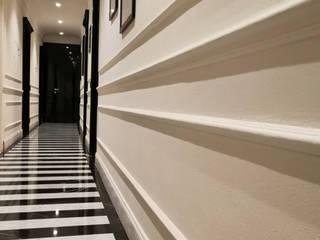 Black and white: Ingresso & Corridoio in stile  di M&M STUDIO