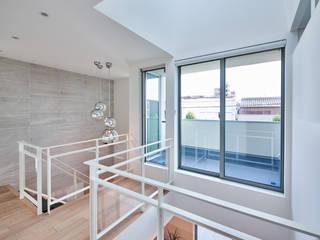 八幡の家: 梶浦博昭環境建築設計事務所が手掛けた階段です。,